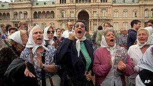 Members of Argentinas Mothers of Plaza de Mayo human rights group in 1995