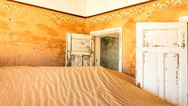 Casa abandonada que el desierto está retomando.