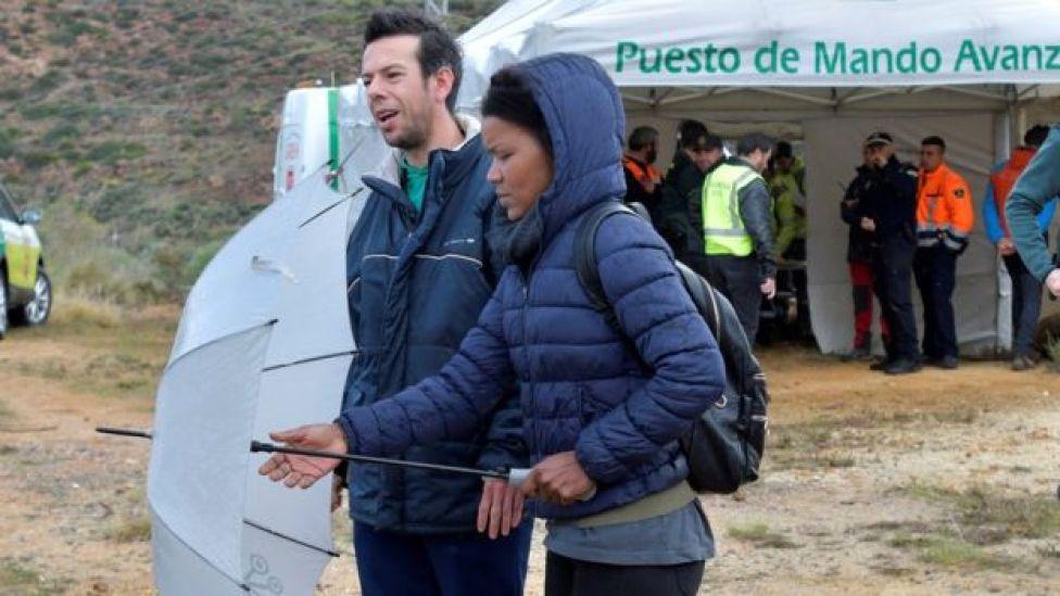 Ana Julia Quezada, junto al padre del niño.
