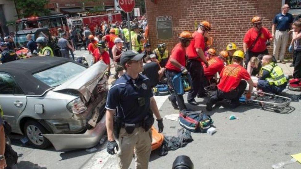 Una mujer murió y 19 personas resultaron heridas cuando un auto arremetió contra una marcha opositora a los ultranacionalistas en Charlottesville, Virgina
