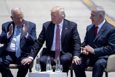 رئیس جمهوری آمریکا در کنار بنیامین نتانیاهو نخست وزیر (راست) و رووین ریولین رئیس جمهوری اسرائیل (جپ)