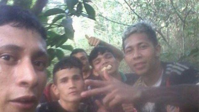 Una foto publicada por Brayan Bremer en Facebook lo muestra con otros cuatro hombres, uno de los cuales come fruta