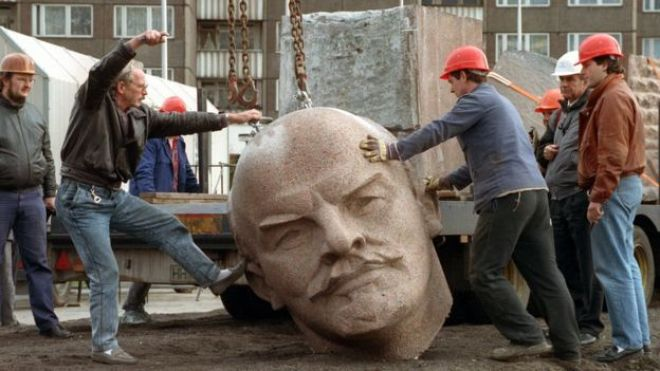 Estatua de Lenin destuida.