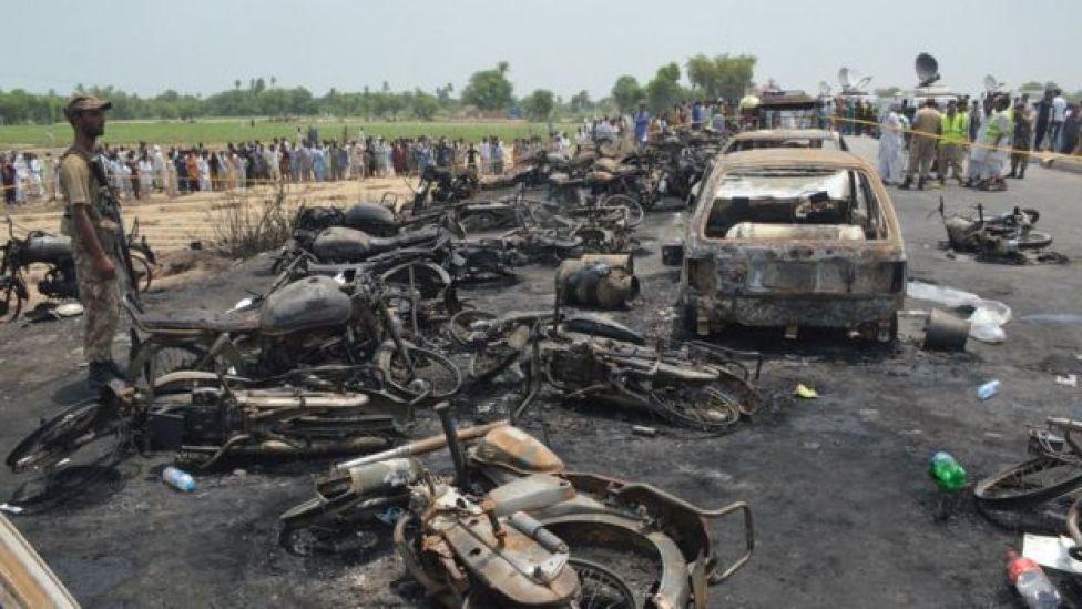Las consecuencias del camión que explotó y se incendió en Pakistán.