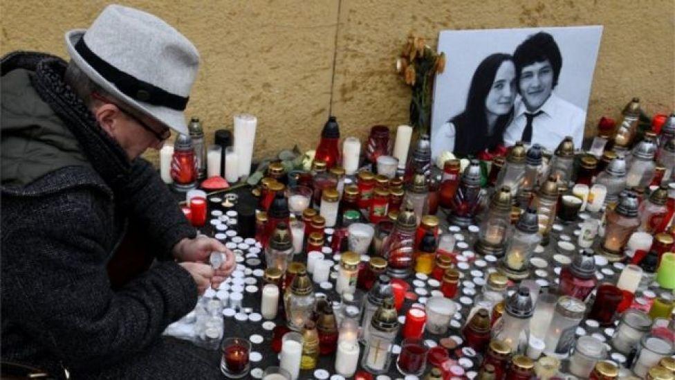 Velas alrededor de una foto de Jan Kuciak y su novia.