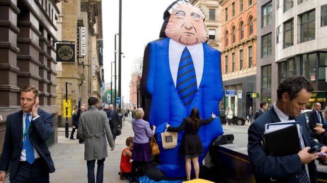 Manifestante contra altos salarios ejecutivos.