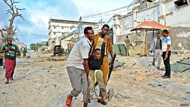 Joven herido en un ataque de Al Shabab este año en Mogadishu, la capital de Somalia