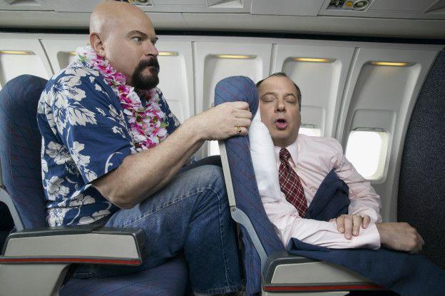 Una persona en un espacio muy estrecho en un avión