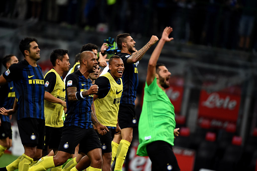 MILAN, ITALY - SEPTEMBER 18:  FC Internazionale team celebrates the victory at the end of the Serie A match between FC Internazionale and Juventus FC at Stadio Giuseppe Meazza on September 18, 2016 in Milan, Italy.  (Photo by Pier Marco Tacca - Inter/Inter via Getty Images)