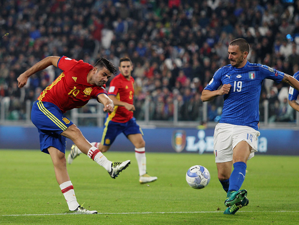 TURIN, ITALY - OCTOBER 06:  Leonardo Bonucci of Italy competes for the ball with Diego Costa of Spain during the FIFA 2018 World Cup Qualifier between Italy and Spain at Juventus Stadium on October 6, 2016 in Turin.  (Photo by Paolo Bruno/Getty Images)