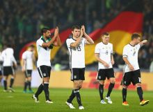HANOVER, GERMANY - OCTOBER 11: Thomas Mueller of Germany (C)  and the Germany squad celebrate victory during the FIFA 2018 World Cup Qualifier between Germany and Northern Ireland at HDI-Arena on October 11, 2016 in Hanover, Lower Saxony.  (Photo by Martin Rose/Bongarts/Getty Images)