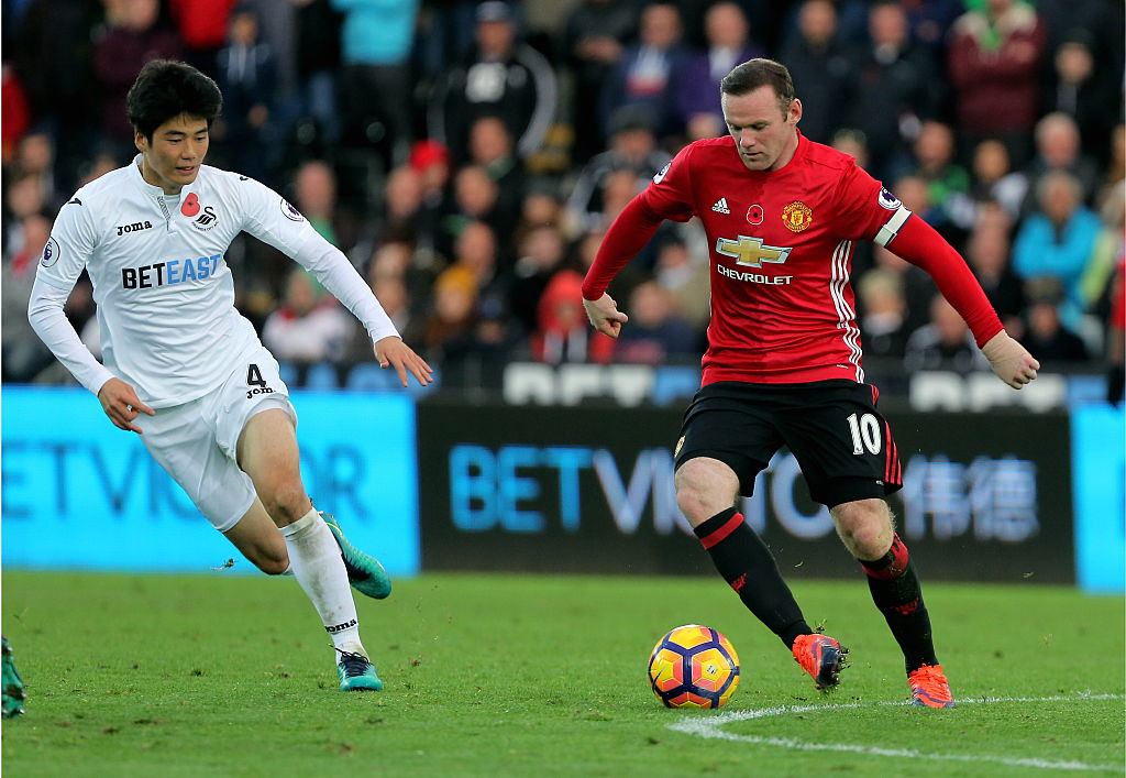 SWANSEA, WALES - NOVEMBER 06: (L-R) Ki Sung-Yueng of Swansea City closely follows Wayne Rooney of Manchester United during the Premier League match between Swansea City and Manchester United at The Liberty Stadium on November 06, 2016 in Swansea, Wales. (Photo by Athena Pictures/Getty Images)