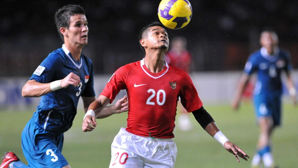 Bambang Pamungkas of Indonesia (R) heads the ball as Singapore's Baihaki (L) moves in during the AFF Suzuki 2008 Cup against Singapore in Jakarta on December 10, 2008.  Singapore won 1-0. AFP PHOTO/ADEK BERRY (Photo credit should read ADEK BERRY/AFP/Getty Images)