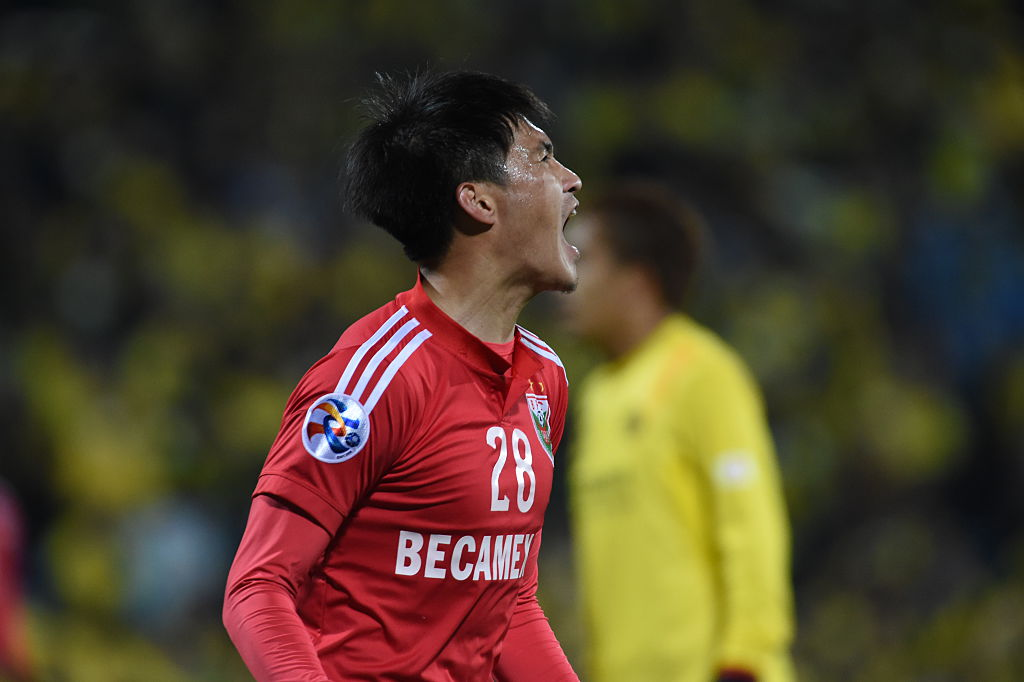 KASHIWA, JAPAN - MARCH 03: Le Cong Vinh #28 of Binh Duong looks on the AFC Champions League Group E match between Kashiwa Reysol and Binh Duong at Hitachi Kashiwa Soccer Stadium on March 3, 2015 in Kashiwa, Japan. (Photo by Masashi Hara/Getty Images)