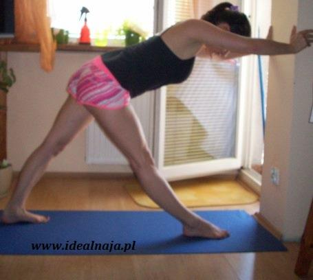 Ćwiczenie 4. Lubię to ćwiczenie:) biodra staram się ustawić w tej samej linii na tyle ile się da, i pogłębiać skłon. Mocne rozciąganie mięśni ud.