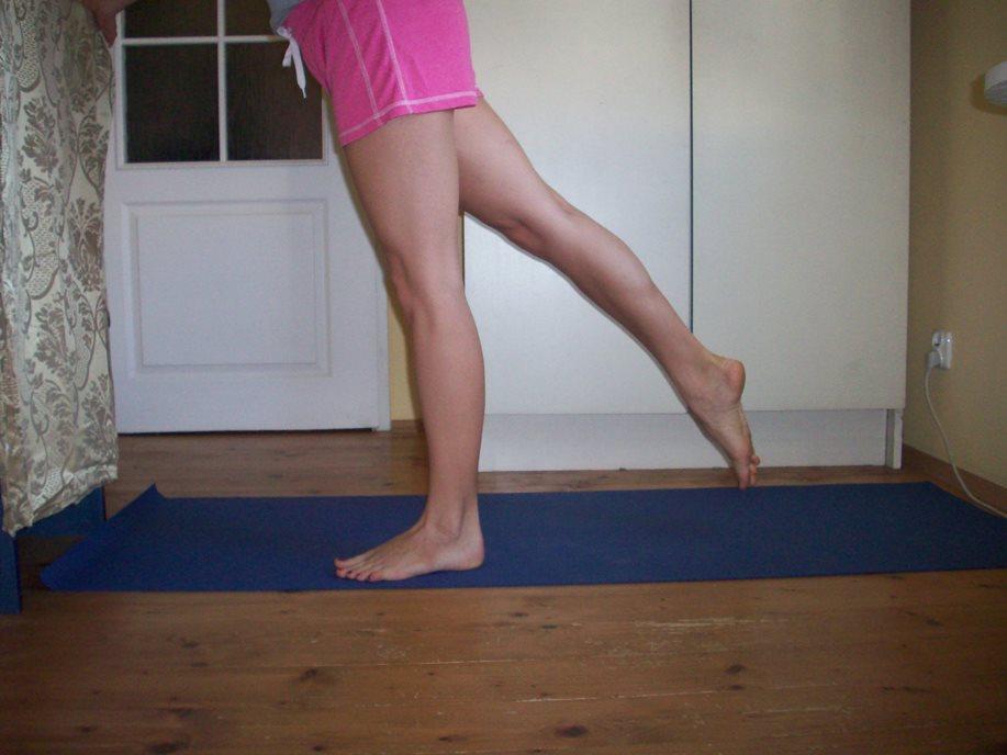 Wymachy nóg w tył - to ćwiczenie robimy na 2 sposoby, pierwszy biodra są równo ustawione do przodu i nogę przesuwamy w tył na tyle ile biodra nam pozwalają. Musimy być całe napięte - do tego ćwiczenia bardzo przydają się obciążniki na stopy. Banalne ćwiczenie ale zmusza inne mięśnie i w inny sposób do pracy niż przysiady.