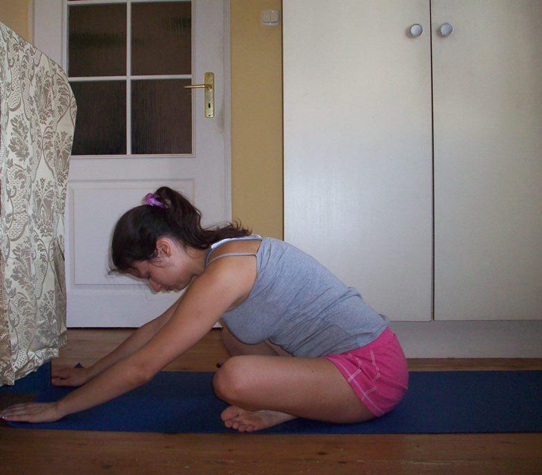I ostatnia moja ulubiona pozycja rozciągająca pośladki, wielokrotnie przeze mnie polecana - siad skrzyżny i skłon do przodu.