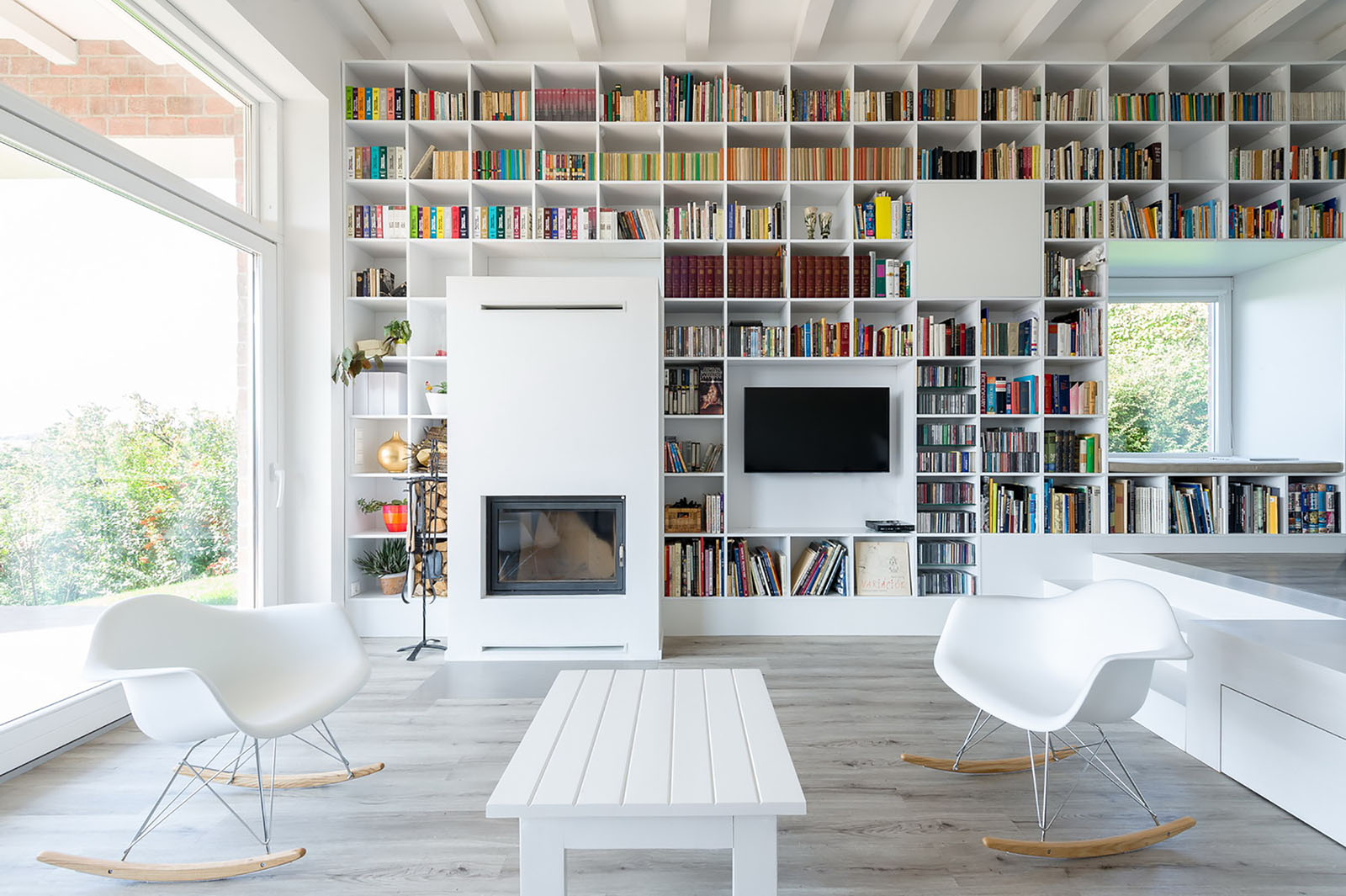 Titti Giovannoni Interior Design Minimalist House With A Long Wall Of Books Idesignarch