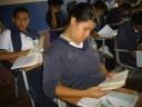 Los estudiantes leen en el receso interno