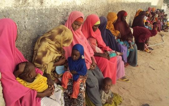 Mütter warten mit ihren Kindern vor den Swisso Kalmo Ambulatorium