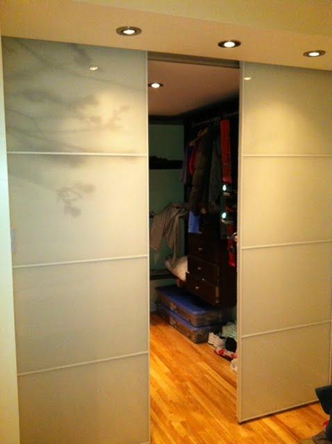 room divider using Stolmen poles and IKEA sliding doors Hacked - creer un plan de maison