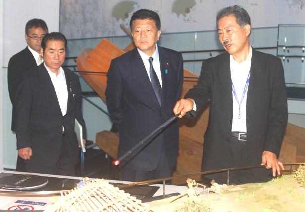 新藤大臣(一支国博物館でジオラマを見学)
