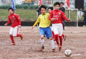 サッカー(決勝戦で必死にボールを追う両チーム)