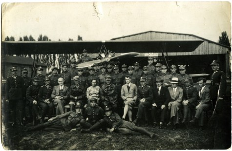 Pracownicy stacji płatowcowej Instytutu w 1930 roku przy prototypie szkolnego samolotu Bartel BM-2. The airframe workshop staff pose with the prototype of the trainer aircraft Bartel BM-2 in the background.