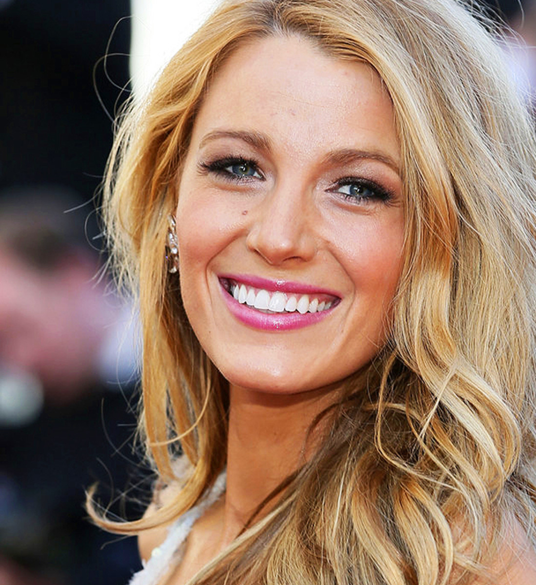 Wallpaper Geek Girl Blake Lively Totally Wins The Red Carpet Smile Award No