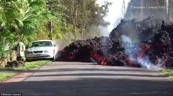 Cận cảnh dung nham nóng chảy đổ ra đường, nhấn chìm xe hơi ở Hawaii - 1