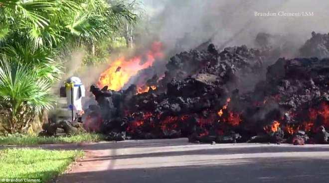 Cận cảnh dung nham nóng chảy đổ ra đường, nhấn chìm xe hơi ở Hawaii - 2