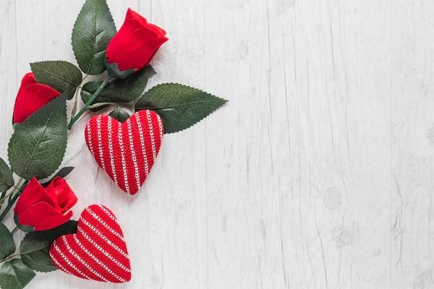 Rosas y corazones tejidos sobre fondo de madera Descargar Fotos gratis - rosas y corazones