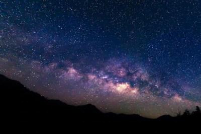 Vía láctea y fondo de cielo estrellado.   Descargar Fotos premium