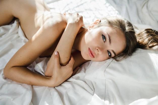 China Beautiful Girl Wallpaper Une Femme Nue Et Superbe Avec Des Cheveux Ondul 233 S Repose