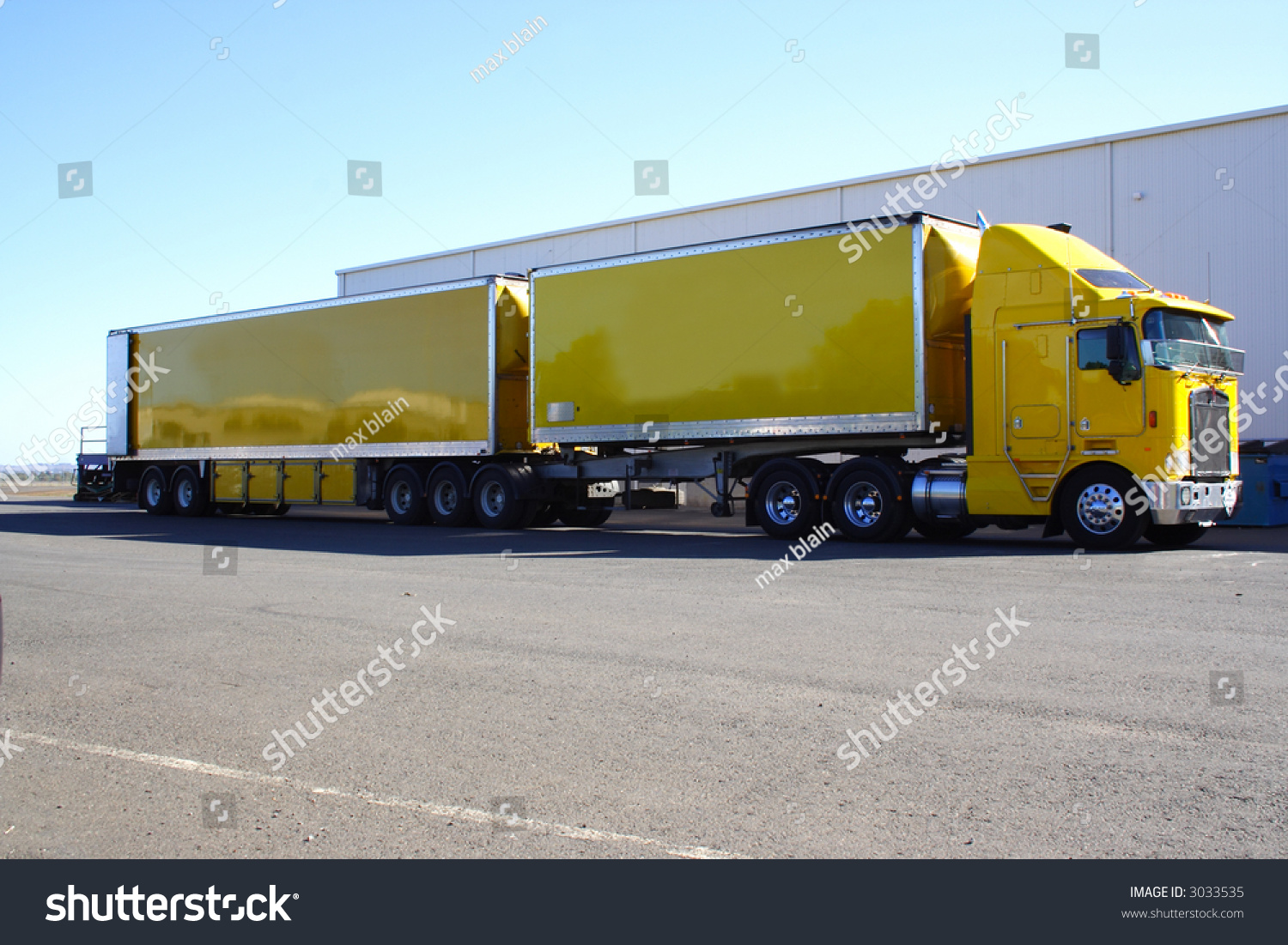 Garage Renault Blain Articulated Semi Truck Twin Trailer Stock Photo Edit Now 3033535