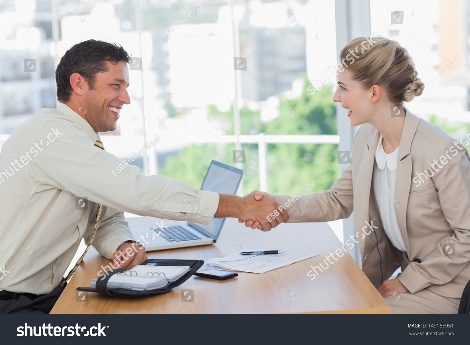 Bureau Interviewer Professionnel Blonde Woman Shaking Hands While Having Stock Photo
