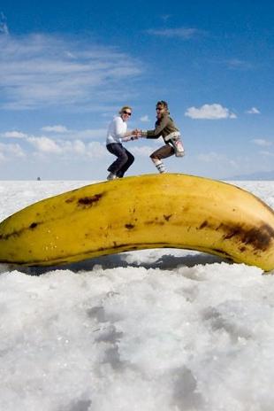 As planícies geladas de Salar de Uyuni, na Bolívia, são um belo cenário para produzir essas fotos de perspectiva. O maior depósito de sal do mundo possui algumas características que facilitam na ilusão de deixar objetos pequenos parecerem grandes - ou vice-versa.