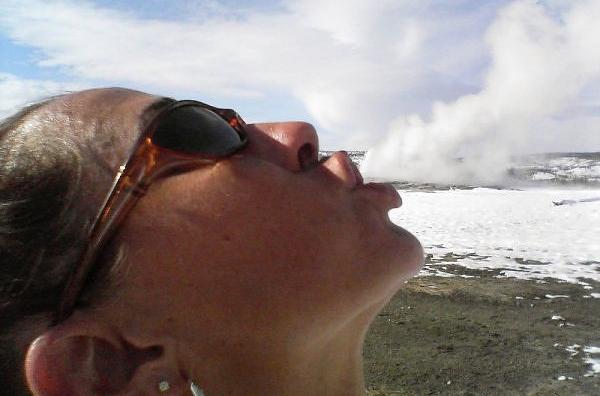 O 'Velho Fiel', como é chamado o mais famoso geyser do parque Yellowstone, nos Estados Unidos, é na verdade um indício de que toda a área é um vulcão gigante adormecido. Isso não impede de que se tire belas fotos como essa, na qual a mulher parece estar exalando a fumaça.