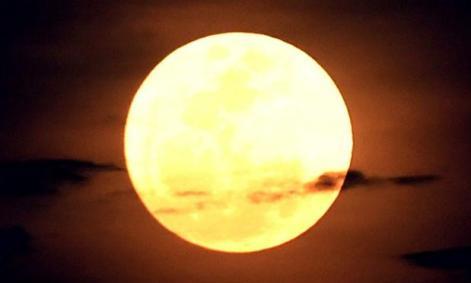 A Superlua é resultado de dois fenômenos astronômicos concomitantes: a fase de Lua cheia e o momento em que o astro, cuja órbita é elíptica, está o mais perto possível da Terra. / Foto: Sonny Tumberlaka / AFP