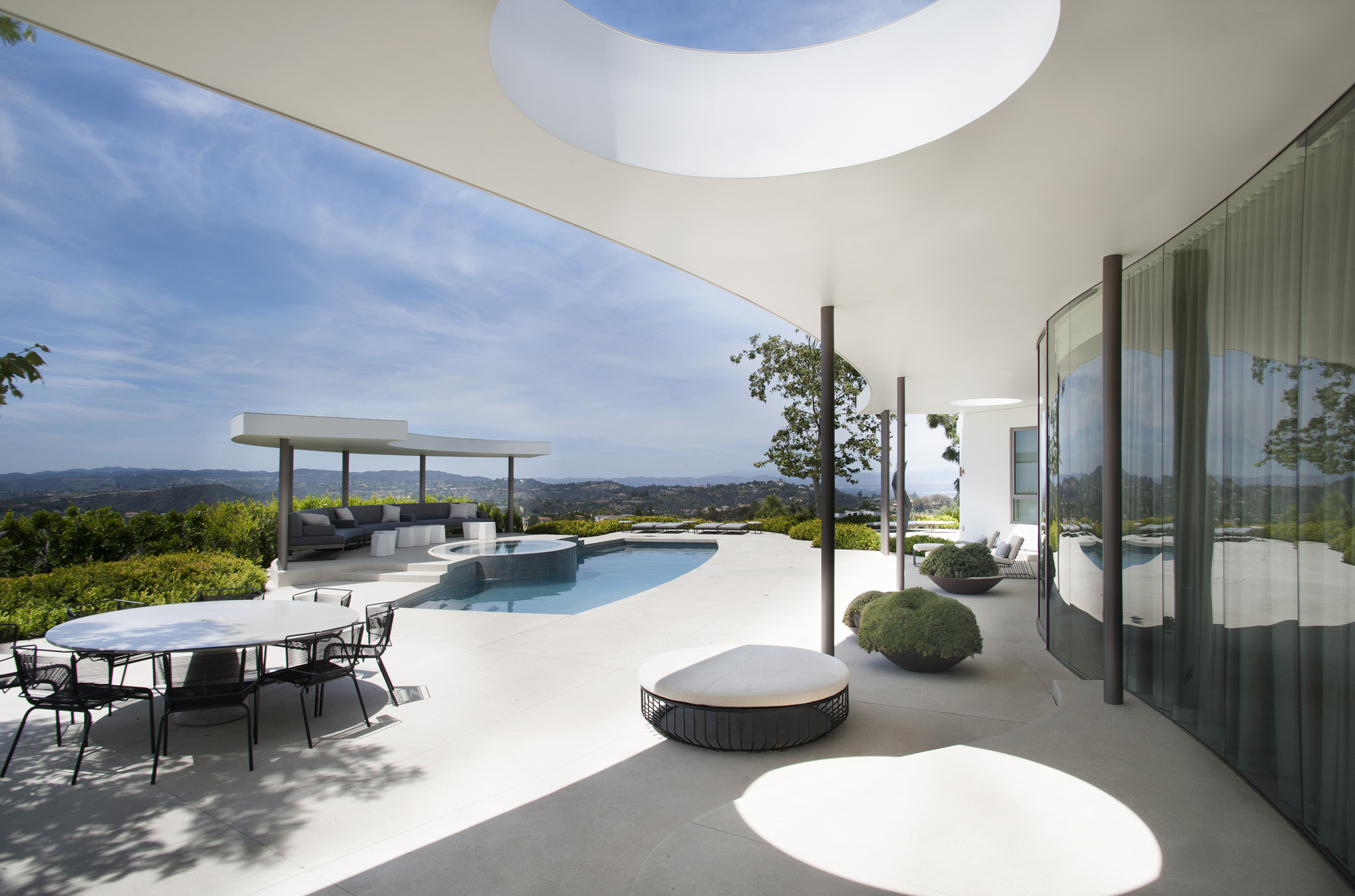 Amenagement Exterieur Grand Terrain Trousdale Estates Contemporary Home / Dennis Gibbens