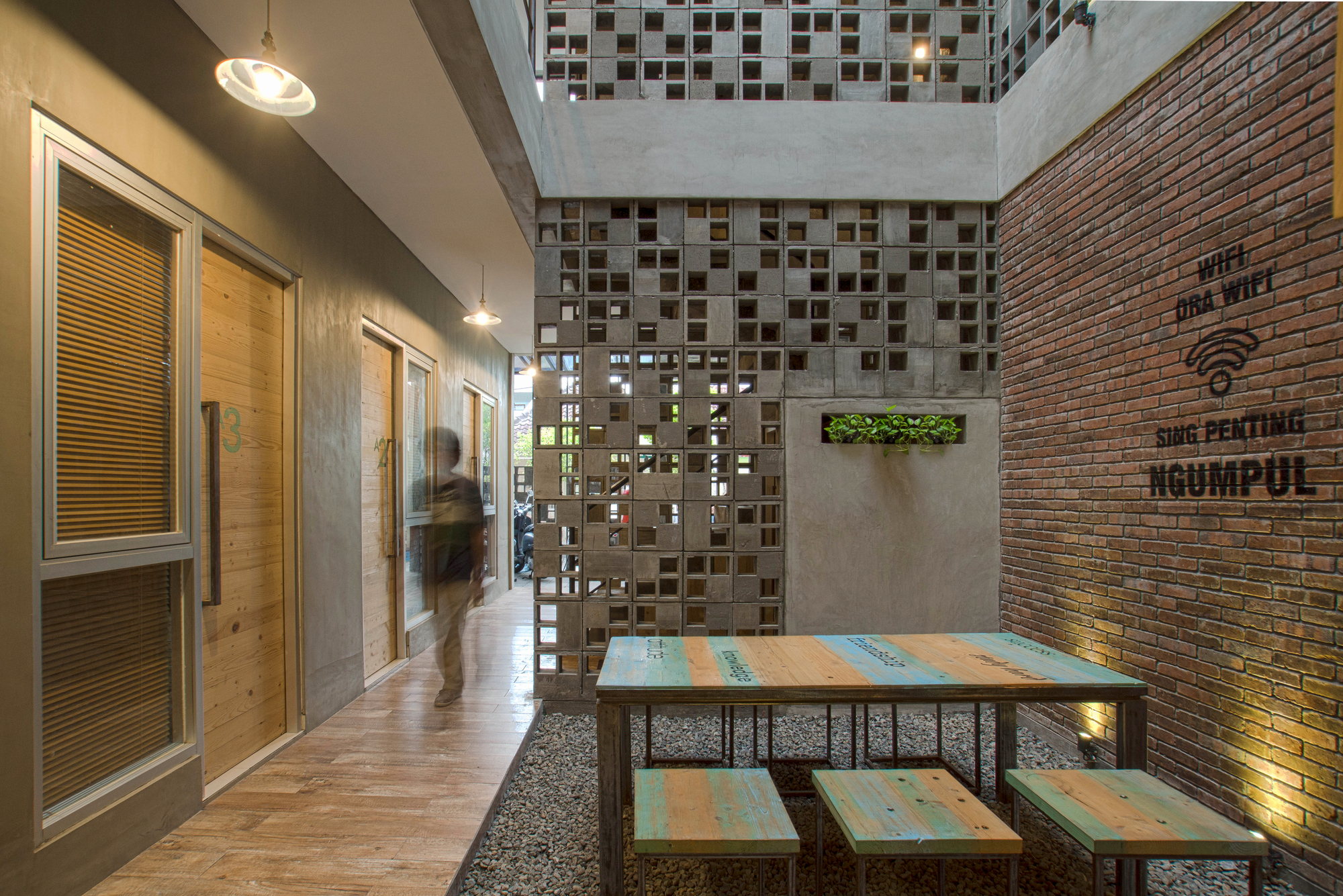 Partisi Interior Bioclimatic And Biophilic Boarding House / Andyrahman