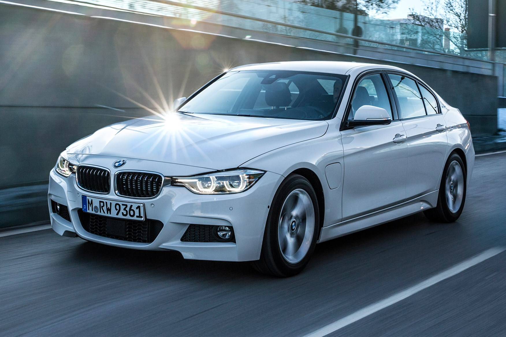 Bmw 330e Review Uk Bmw 3 Series 330e 2016 Plug In Hybrid Review By Car Magazine