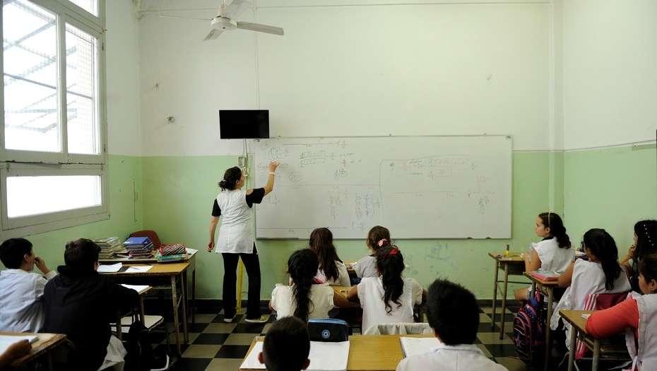 Crearán una universidad de formación docente para que haya más maestros en Capital