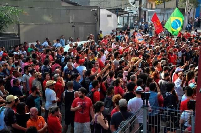Una multitud de seguidores rodeó el edificio del sindicato donde se refugió Lula. AFP