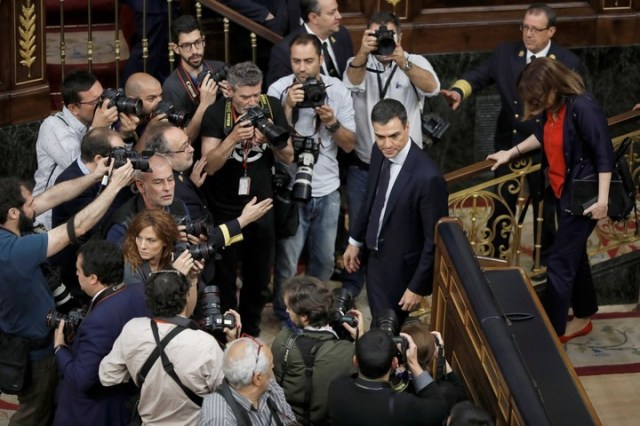 El líder socialista, Pedro Sánchez, rodeado por los medios gráficos tras la votación de la moción de censura contra Rajoy. (EFE)