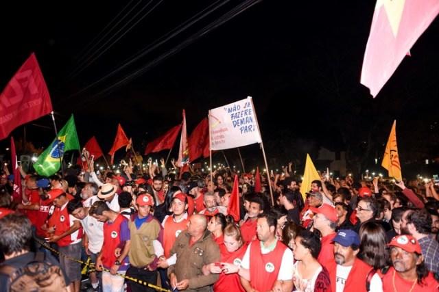 Seguidores de Lula da Silva  exigen la libertad del ex presidente frente a la sede de la Policía Federal en Curitiba, Brasil, el 08/07/2018. dpa