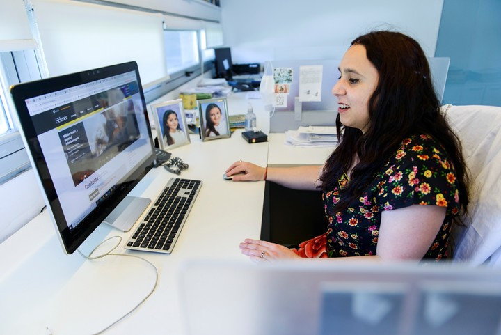 Juliana Cassataro, líder del grupo de investigación, en su escritorio, con los retratos de sus hijas Juana y Greta. Foto: Andrés D'Elía.