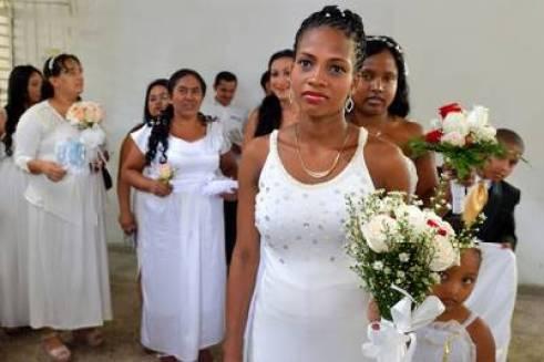 Las novias de los 17 reclusos. / AFP PHOTO / LUIS ROBAYO