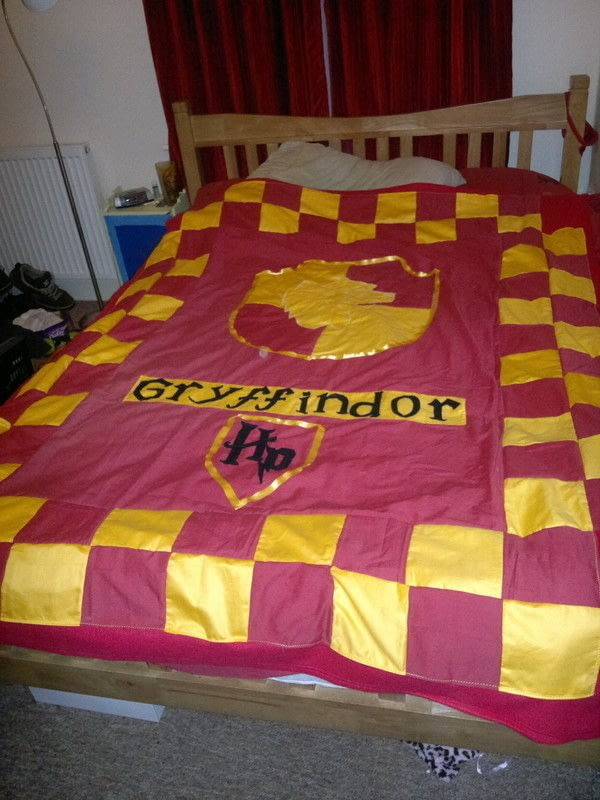 Media Storage Gryffindor Quilt · A Patchwork Quilt · Needlework, Sewing