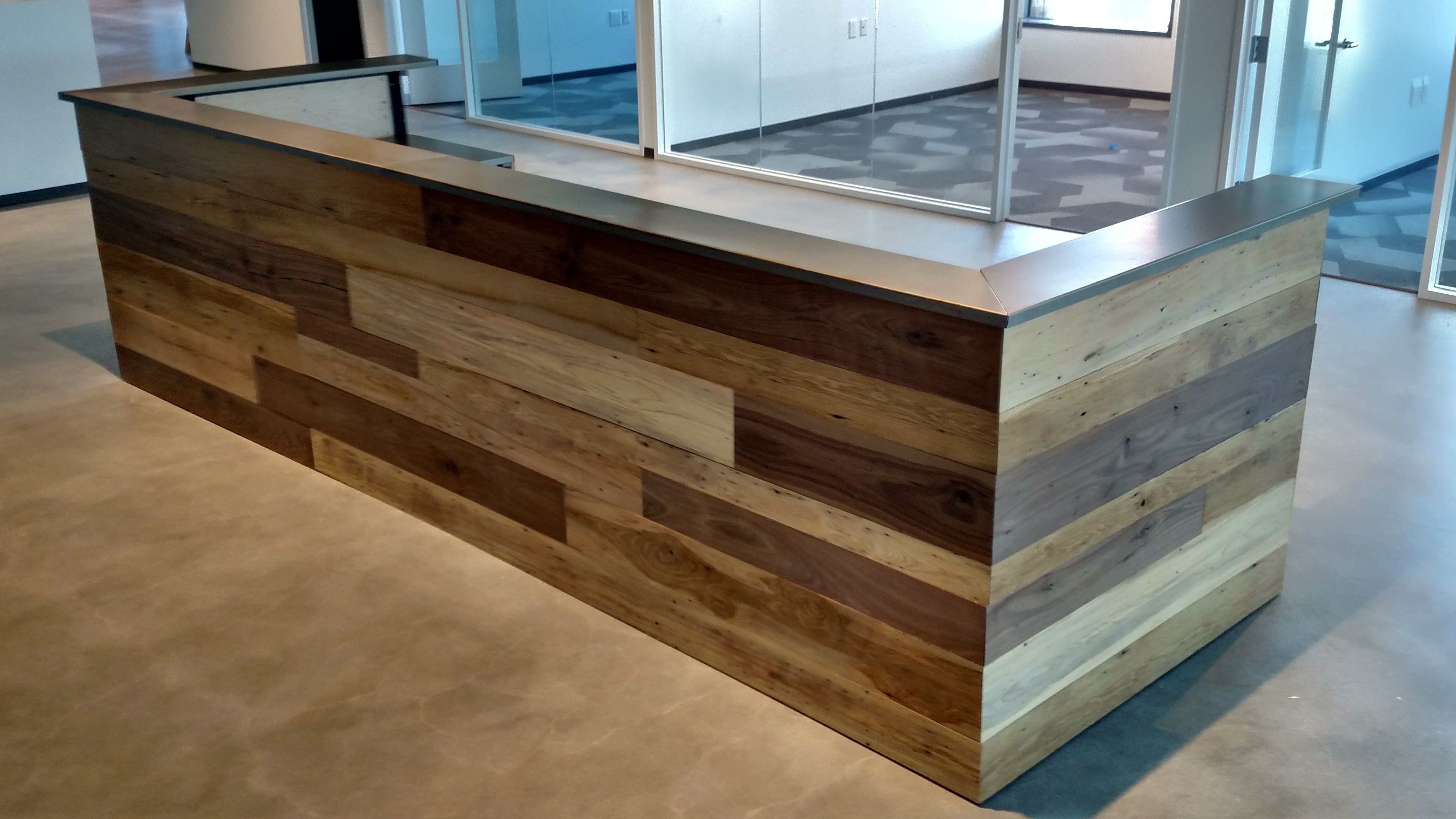 Moderne Theke Hand Made Contemporary Reclaimed Wood And Steel Reception